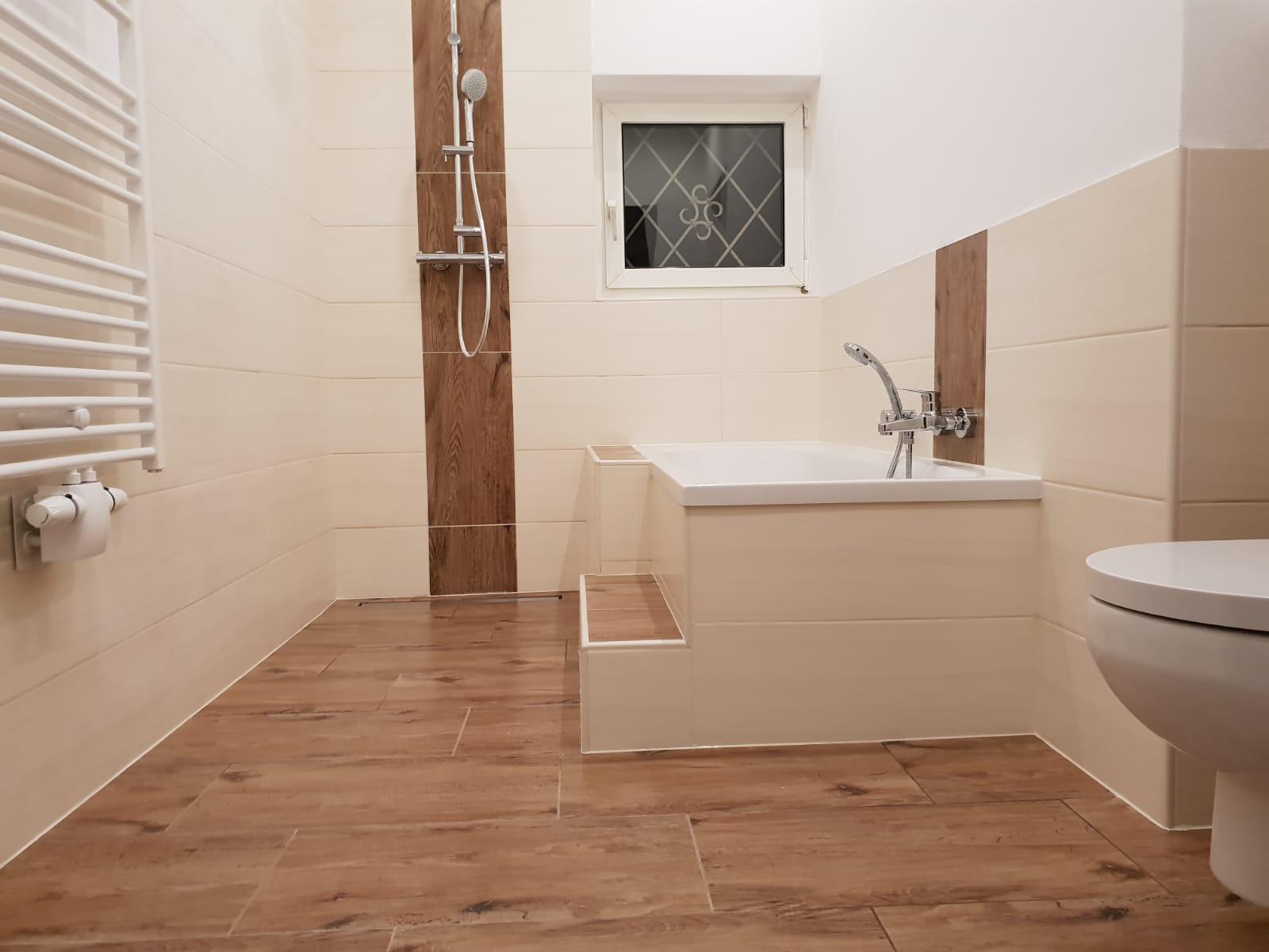 Barrierefreies Badezimmer mit Fliesen in wunderschöner Holzoptik
